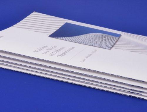 Brochure Promoteur en couture singer bi-couleur Bleu & Marron – Old Mill 300gr/m2 Premium Whitea