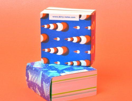 Petit Gros : Mini bloc notes avec 100% de papier recyclé – couverture enveloppante et collage en tête avec colle de colorée.