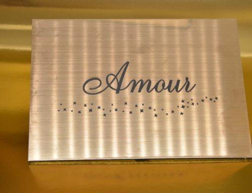 Nom de table mariage Amour en gravure laser sur plexi Laiton 3mm avec support